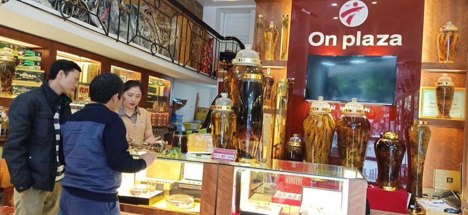Hình ảnh khách hàng đến trực tiếp mua sâm tại cửa hàng